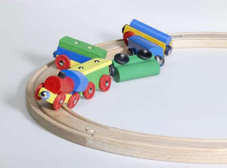 Studiofotografie von einem bunten hölzernen Spielzeugeisenbahn und Tracks