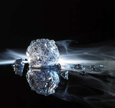 moistness: fotografia in studio di cristalli di ghiaccio e fumo in nero retro riflettente