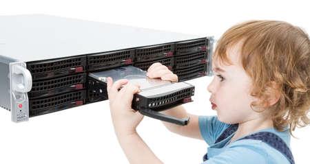 Kind Öffnung Hot-Swap-Tablett auf moderne Netzwerk-Server auf weißem Hintergrund Lizenzfreie Bilder
