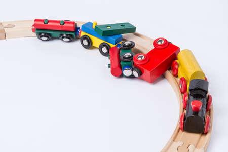 entgleisen Holzspielzeugeisenbahn in der Draufsicht horizontale Bild