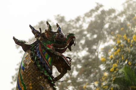 왕 뱀의 동상과 이슬비 비