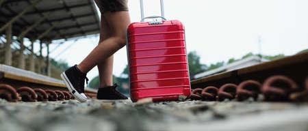 Concetto all'aperto della ferrovia di stile di vita di viaggio dei piedi della ragazza