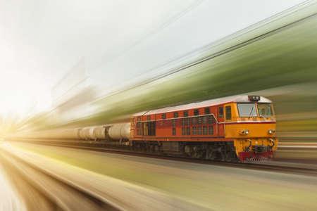 Le train à moteur diesel fonctionne à grande vitesse, flou de mouvement
