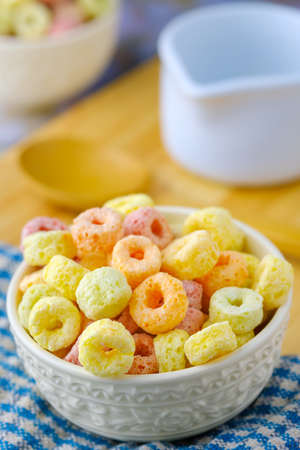 Cereal flakes in white bowl with copy space,Breakfast concept.Food with delicious fruity taste and fruity colours.Its made with maize,wheat,and barley Stockfoto
