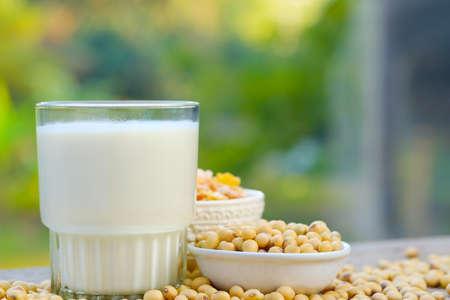 Mleko sojowe w szkle na stole z kopią space.breakfast concept.soybeans suche na stole