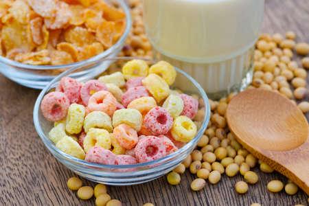 Fiocchi di cereali in una ciotola con copia spazio, concetto di colazione. Cibo dal delizioso gusto fruttato e colori fruttati. È fatto con mais, frumento e orzo Archivio Fotografico
