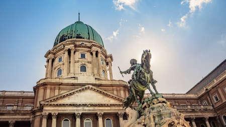 Estatua ecuestre del príncipe Eugenio de Saboya en el Castillo de Buda en Budapest, Hungría