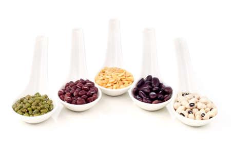 렌즈 콩: 흰색 숟가락 격리 된 흰색 배경에 건조 콩과 식물의 다채로운