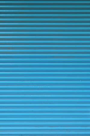 Motif de la porte de rouler bleu. Gros plan de la texture créée par des lignes.