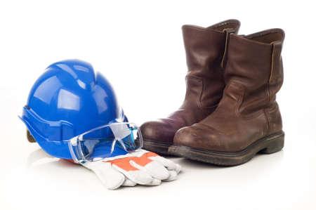 protection individuelle: �quipement de protection individuelle, un casque de s�curit�, gants, bottes et safetyglass isol� sur fond blanc Banque d'images