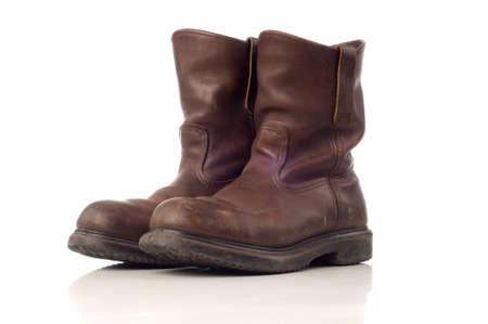 calzado de seguridad: Usado botas eguridad en color marrón aislado fondo blanco Foto de archivo