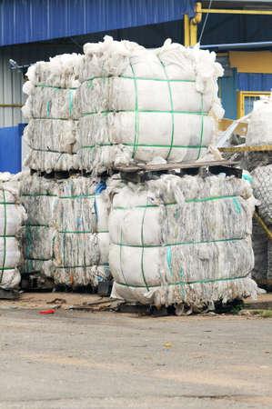 plastico pet: Pila de desechos de papel en la planta de reciclaje de la fábrica aislada Recyling