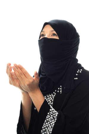mujeres musulmanas: A las mujeres musulmanas rezan mirando de un lado fondo blanco aislado prespectiva