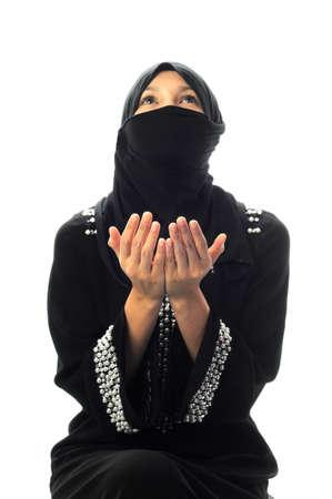 femmes muslim: A les femmes musulmanes prient dans le fond blanc isol� Banque d'images