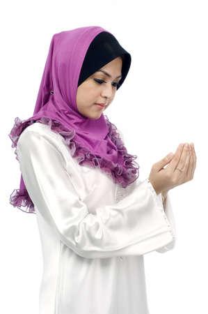femme musulmane: Belle jeune femme musulmane prie de vue de c�t� isol� sur fond blanc