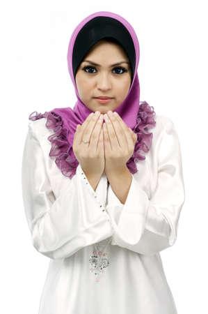 femme musulmane: Belle jeune femme musulmane prie isol� sur fond blanc