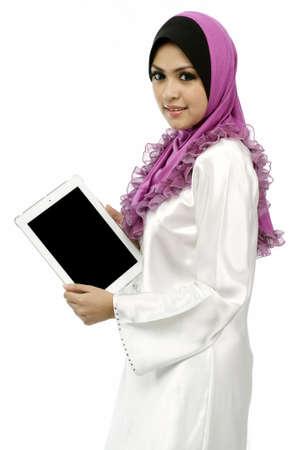 femme musulmane: Belle jeune femme musulmane montrant l'�cran onglet mobile isol� fond blanc