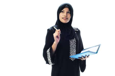 femmes muslim: Belles femmes musulmanes pensent avec son carnet � la main isol� sur fond blanc