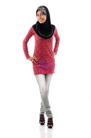 femmes muslim: Belle jeune femme musulmane dans un style d�contract� isol� sur fond blanc