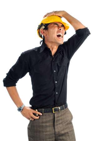 Depressieve werknemers schreeuwt geïsoleerde witte background.His linkerhand op het hoofd en zijn rechterhand op zijn middel