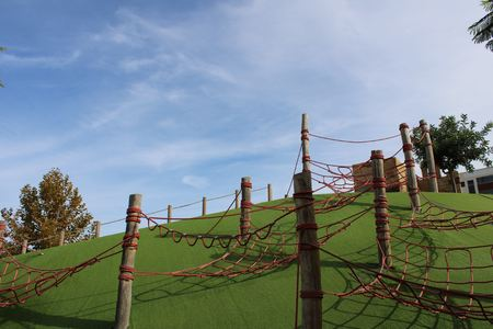 Poles with intertwined ropes for climbing on a hill Standard-Bild
