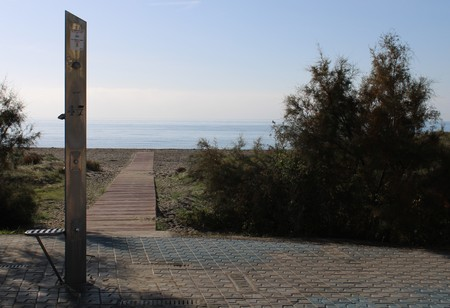 Wooden path on the beach from the water to shower pillar in the province of Almería Imagens