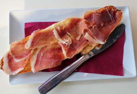 Tomato and serrano ham toast a delicious Mediterranean flavor 写真素材 - 123663496