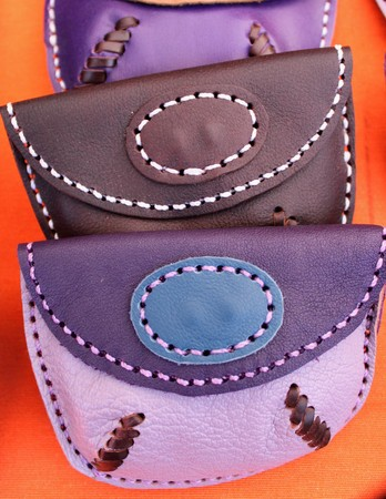 Hand made leather purses in different colors and designs 写真素材 - 123664003