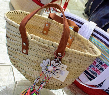 Beach bag with leather handles and flower with seashells and colored threads 写真素材 - 123664010