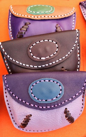 Hand made leather purses in different colors and designs 写真素材 - 123664012