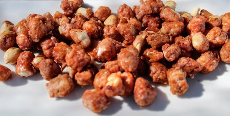 Sweet and crunchy peanuts garapiñados on white plate