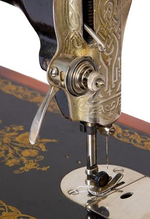 maquina de coser: vieja máquina de coser sobre un fondo blanco