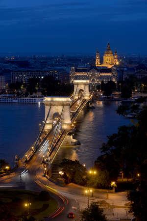 szechenyi: Esta es una vista nocturna de la cadena de Szechenyi (Budapest, Hungr�a). La Bas�lica de San Esteban Iluminado es en el fondo.