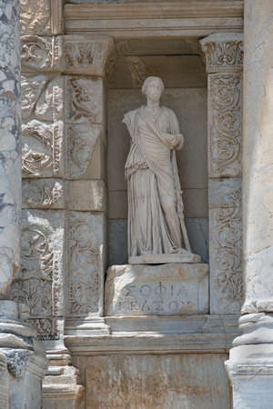 escultura romana: Marble woman sculpture on Celsus Library front. Place - Ancient Greek and Roman city Ephesus (now - Turkey).