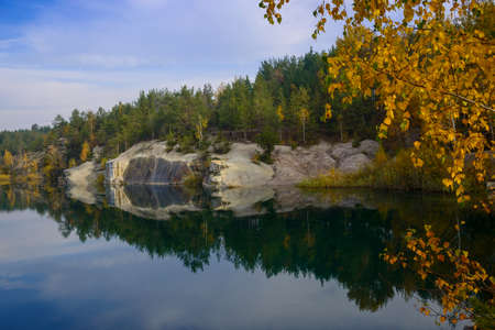 Forest lake with autumn leaves in the foreground. Banco de Imagens