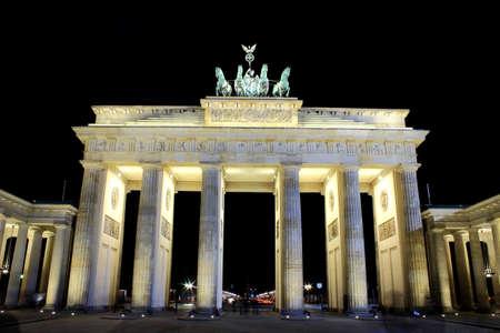 tourismus: Brandenburg Gate in Berlin by night Stock Photo