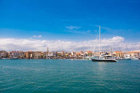 CAMBRILS, SPAGNA - 30 APRILE 2017: Yacht e barche nel porto. Copia spazio Spazio per il testo Archivio Fotografico - 82302263
