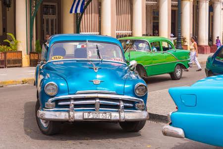 CUBA, LA HABANA - 5 DE MAYO DE 2017: Coche retro americano en una calle de la ciudad Editorial