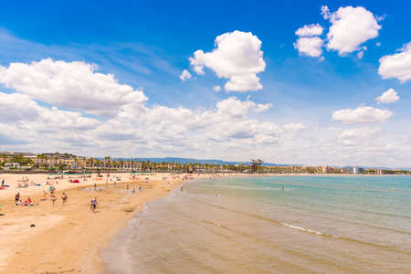 Kust Costa Dorada, strand in La Pineda, Tarragona, Catalunya, Spanje. Kopieer ruimte voor tekst Stockfoto