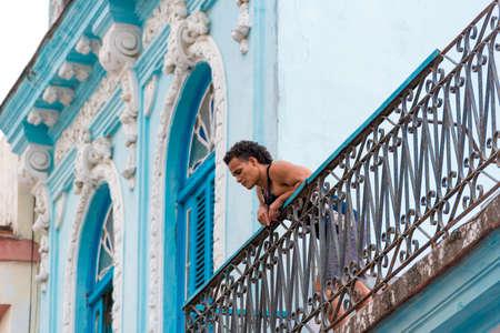 CUBA, LA HABANA - 5 DE MAYO DE 2017: Hombre cubano en el balcón