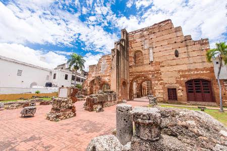 Mening over Ruïnes van het Ziekenhuis van St. Nicolas van Bari, Santo Domingo, Dominicaanse Republiek. Ruimte voor tekst kopiëren