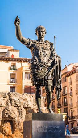 皇帝オクタヴィアンアウグストゥス - サラゴサ、スペインの創設者の記念碑。クローズ アップ。垂直方向