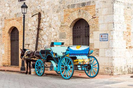 ドミニカ共和国サントドミンゴの市街地で馬とレトロなキャリッジ。