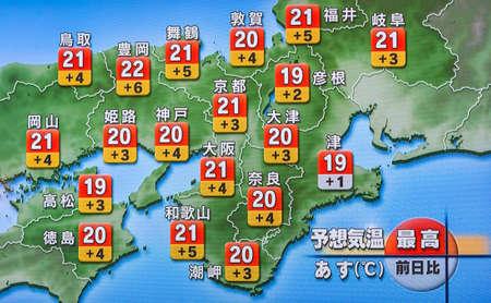 KYOTO, JAPÓN - 7 DE NOVIEMBRE DE 2017: Noticias meteorológicas de televisión, un mapa de Japón con temperaturas en la pantalla del televisor Editorial