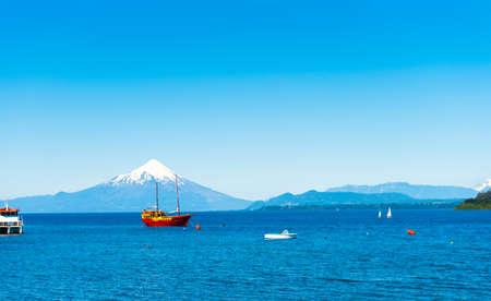 Osorno Vulkan und Llanquihue See, Parque, Puerto Varas, Chile. Kopieren Sie Platz für Text Standard-Bild