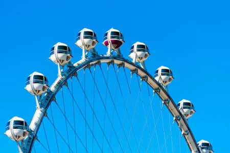 """Uitzicht op het reuzenrad """"High Roller"""", Las Vegas, Nevada, Verenigde Staten. Geïsoleerd op blauwe achtergrond. Stockfoto"""