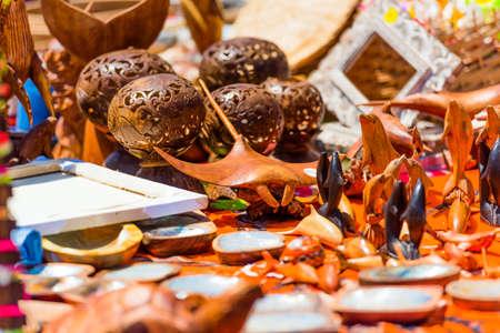 Recuerdos de madera tallada en el mercado local, Rarotonga, Aitutaki, Islas Cook. Con enfoque selectivo