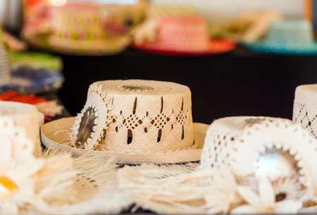 Chapeaux de paille à vendre à Aitutaki, Îles Cook. Avec mise au point sélective