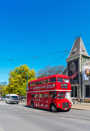 CHRISTCHURCH, NEW ZEALAND - OCTOBER 18, 2018: Double decker tourist bus. Vertical. Copy space for text Redactioneel