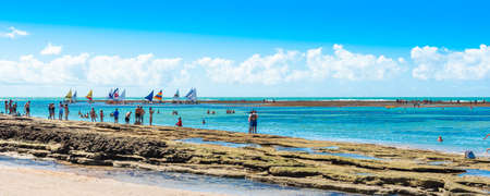 IPOJUCA, BRASILIEN - 18. JUNI 2019: Blick auf den Sandstrand von Porto de Galinhas Editorial